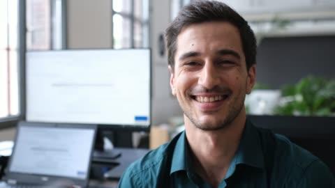vídeos y material grabado en eventos de stock de retrato de cerca de un empresario sonriente y confiado - de ascendencia europea