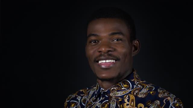 stockvideo's en b-roll-footage met close-up portret van de jonge man glimlachen - formeel portret