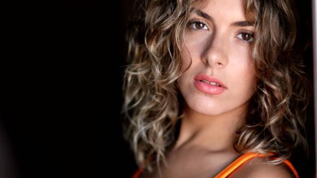 closeup portrait of young attractive caucasian woman - stile di capelli video stock e b–roll