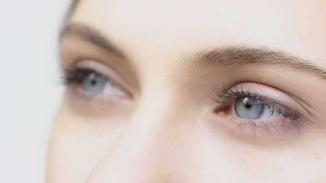vídeos de stock e filmes b-roll de close-up portrait of young woman with blue eyes - fade in