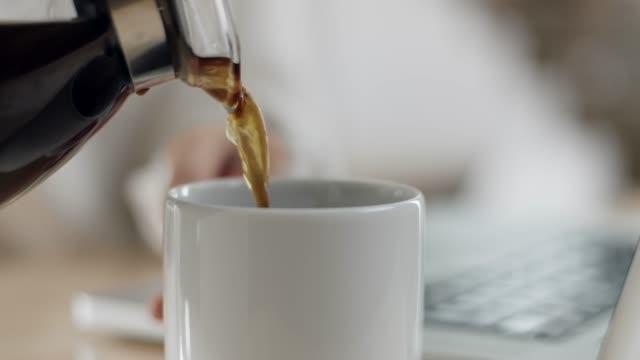 close-up, pouring coffee in cup - bricco per il caffè video stock e b–roll