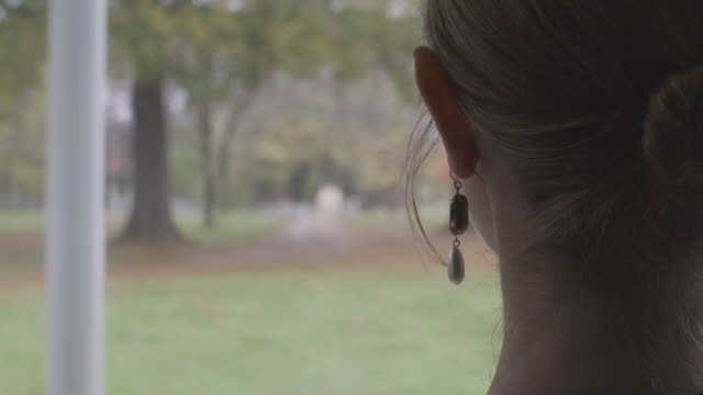 stockvideo's en b-roll-footage met close-up reenactment shot of the earrings of a woman seen from behind during civil war era - 18e eeuwse stijl