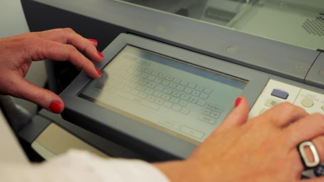 vídeos de stock e filmes b-roll de close-up scanning in office - impressora