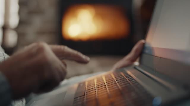 nahaufnahme, senior mann hand mit laptop - gelassene person stock-videos und b-roll-filmmaterial