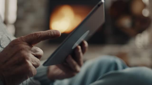 primo tempo, mano dell'uomo anziano usando il tablet - abbigliamento casual video stock e b–roll