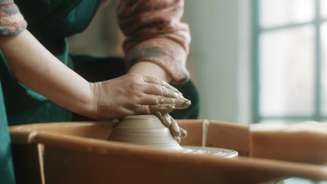 nahaufnahme, ältere frau mit töpferscheibe im atelier - keramiker stock-videos und b-roll-filmmaterial