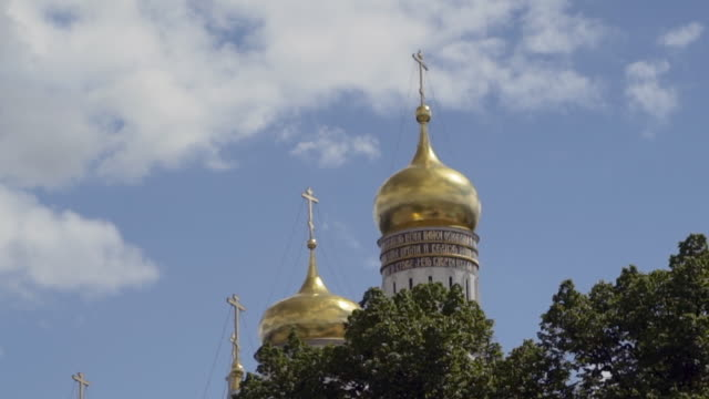 close-up: shiny golden onion dome atop moscow building - onion dome stock videos and b-roll footage