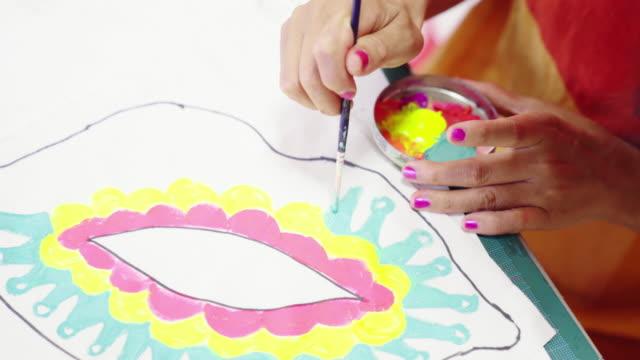 彼女の折衷的なアートスタジオで女性アーティストの絵画のクローズアップショット - デザイナー点の映像素材/bロール