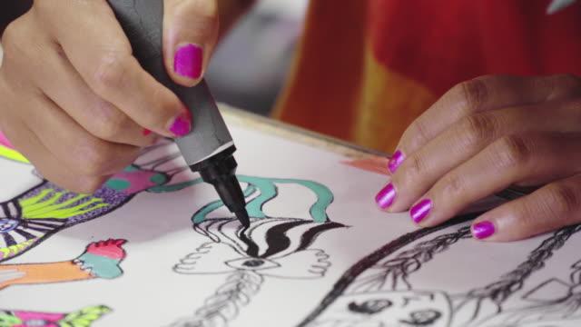 nahaufnahme einer künstlerin, die in ihrem eklektischen kunstatelier an einem gemälde arbeitet - einzelne frau über 30 stock-videos und b-roll-filmmaterial