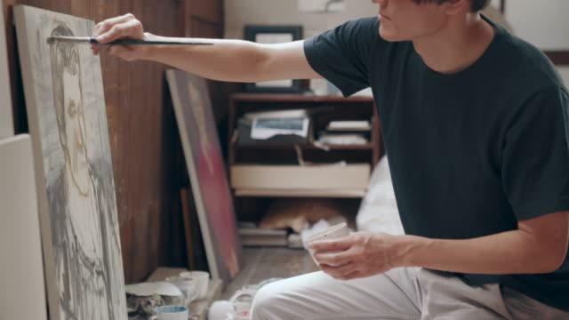 中年の男性と彼のスタジオでオイル ペイント絵画のクローズ アップ ショット - 趣味点の映像素材/bロール