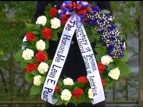 close-up shot of a person in uniform holding a wreath that leon panetta was set to lay at a ceremony to honor japanese self-defense forces in tokyo.... - united states and (politics or government)点の映像素材/bロール
