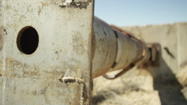 close-up shot of a ruined structure in a desert at nevada test site - nevada stock-videos und b-roll-filmmaterial