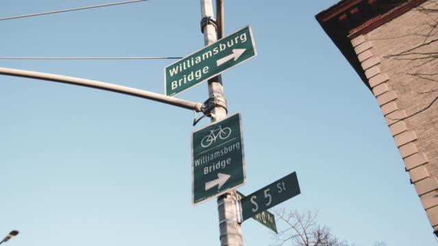 Closeup shot of a street sign leading to Brooklyn's Williamsburg Bridge