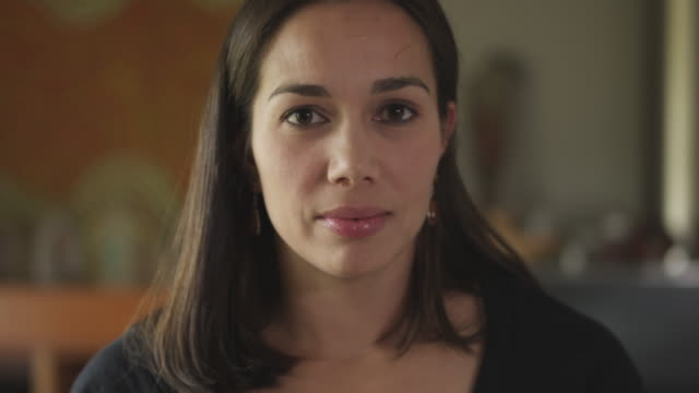 close-up shot of a woman with hispanic features - rivolto verso l'obiettivo video stock e b–roll