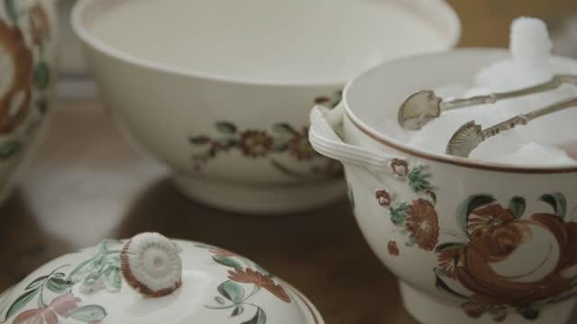 stockvideo's en b-roll-footage met close-up shot of an antique porcelain tableware - suikerpot