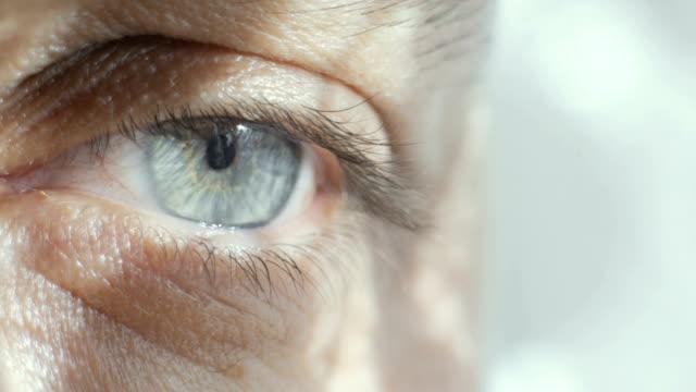 vídeos de stock, filmes e b-roll de close-up do olho azul de um homem - sombra em primeiro plano