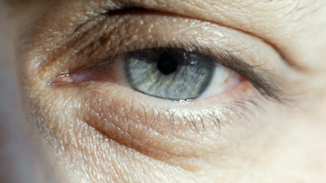 vidéos et rushes de gros plan de l'oeil bleu d'un homme - battre des paupières