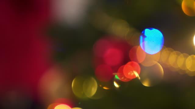 vídeos de stock, filmes e b-roll de closeup tiro de luzes de natal - decoração de natal