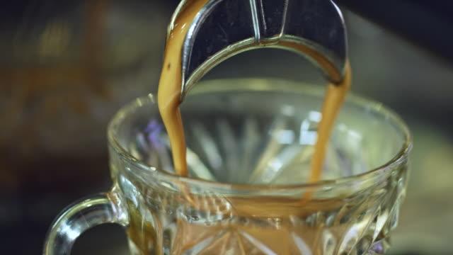 vídeos de stock, filmes e b-roll de tiro da close-up, de café (café), despejando um copo de vidro decorativo - um único objeto