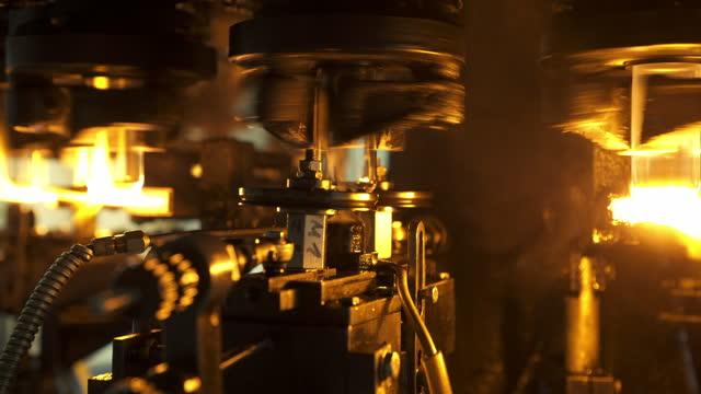 vídeos de stock, filmes e b-roll de close-up shot of glass jars manufacturing in factory - stuttgart, germany - indústria automobilística