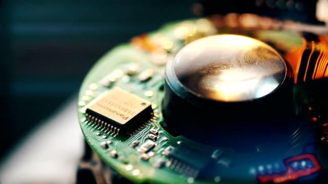 vídeos de stock e filmes b-roll de closeup shot of green printed circuit board. - silício