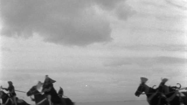 vídeos y material grabado en eventos de stock de close-up shot of horse chariots racing across the desert. - soldado romano