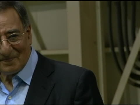 close-up shot of leon panetta posing for a photo opportunity with a soldier stationed in tokyo. this footage took place during panettaõs first... - (war or terrorism or election or government or illness or news event or speech or politics or politician or conflict or military or extreme weather or business or economy) and not usa点の映像素材/bロール