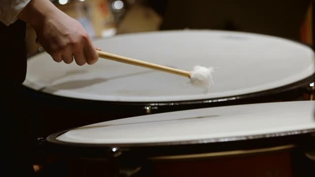 Close-up schot van de muzikant pauken spelen in concert