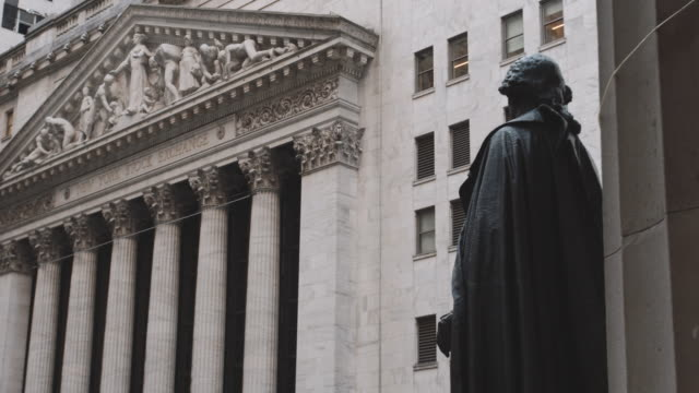 vídeos de stock, filmes e b-roll de closeup shot of new york city's wall street - 4k - wall street