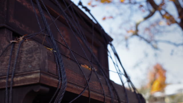 close-up shot of old piano hanging on ropes in a tree at a farm in northampton, ma - northampton stock-videos und b-roll-filmmaterial