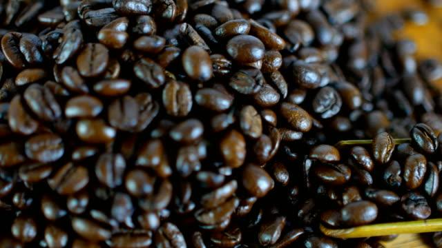 クローズ アップ ショットのすくいのロースト コーヒー豆 - アイスクリームスクープ点の映像素材/bロール