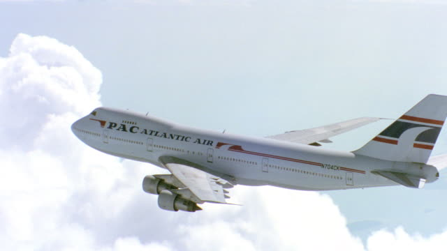 close-up shot of the boeing 747 aircraft flying in the sky during daytime. - 旅客機点の映像素材/bロール