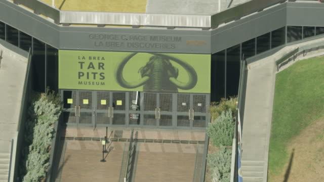 vídeos de stock e filmes b-roll de close-up shot of the entrance of la brea tar pits museum in los angeles - televisão de ultra alta definição