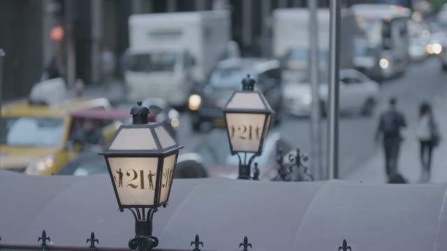 vídeos de stock e filmes b-roll de close-up shot of the lamps on the entrance of the 21 club - bar clandestino