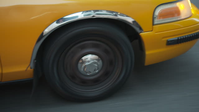 vidéos et rushes de close-up shot of the spinning wheel of a yellow 'medallion' taxicab in new york city, usa. - yellow taxi