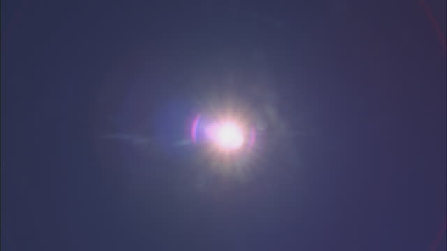 close-up shot of the sun shining brightly and creating coronas. - calore concetto video stock e b–roll
