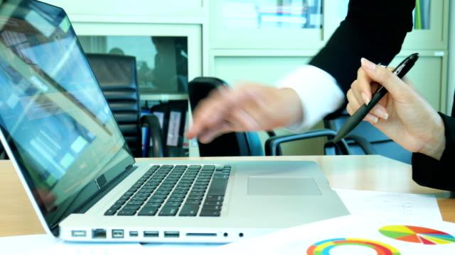 Nahaufnahme der beiden Unternehmer diskutieren arbeiten am Laptop