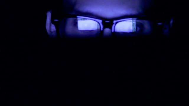 vídeos de stock e filmes b-roll de closeup shot of woman in glasses surfing internet at night:1920x1080 full hd - escuro