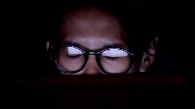 Closeup Aufnahme Frau in Gläsern Internetsurfen bei Nacht: 1920 x 1080 FULL HD