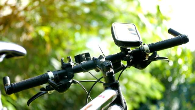 Close-up Shot deel van de fietsenstalling op grasveld, Dolly Shot