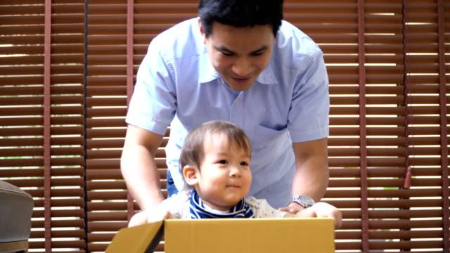 2 歳の息子の若い父親とボックス車を演奏するクローズ アップ撮影 - 生後18ヶ月から23ヶ月点の映像素材/bロール