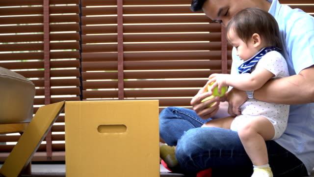 クローズ アップ側ビュー: 週末の若い父親と息子の間の活動 - 生後18ヶ月から23ヶ月点の映像素材/bロール