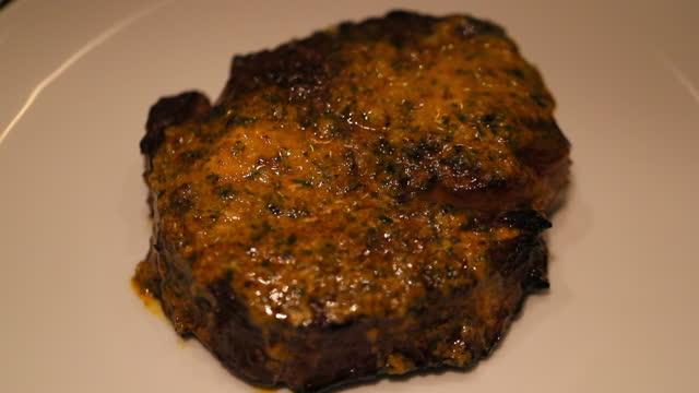 vidéos et rushes de close-up slice of fried meat on plate - oahu, hawaii - plat