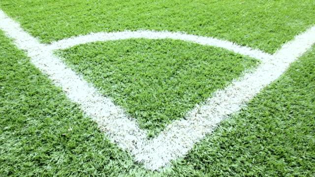 vídeos de stock, filmes e b-roll de campo de futebol de close-up. - campo de futebol