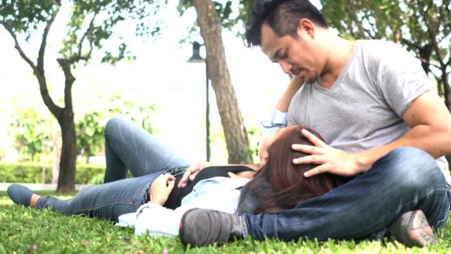 Nahaufnahme: Thai Mann ist Rubing seine Frau sanft