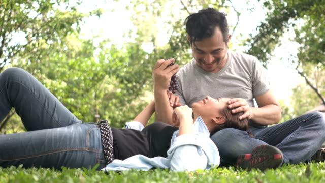 Nahaufnahme: Thai Mann wird seine Frau von Traube necken
