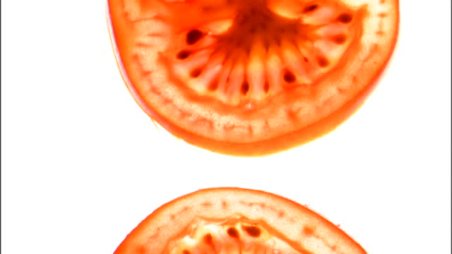vídeos y material grabado en eventos de stock de close-up tilt up of sliced tomatoes in a vertical row. - cuatro objetos