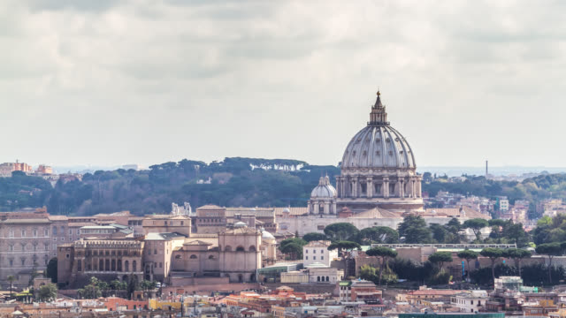 vídeos de stock e filmes b-roll de close-up timelapse of clouds over the rome and vatican's saint peter's basilica dome. rome, italy. april, 2016. - basílica de são pedro