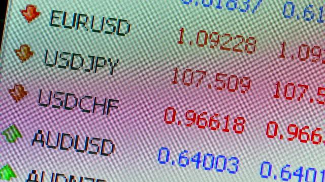 vídeos de stock, filmes e b-roll de um close-up time-lapse dos pares de moedas bid and ask preços - casa de câmbio