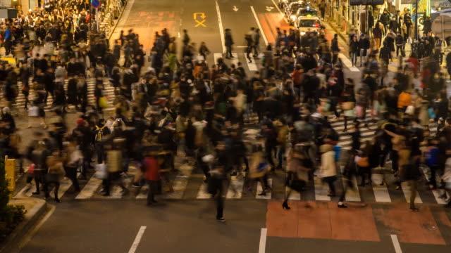 vídeos y material grabado en eventos de stock de close-up timelapse: congestión del tráfico, peatones - paso de cebra
